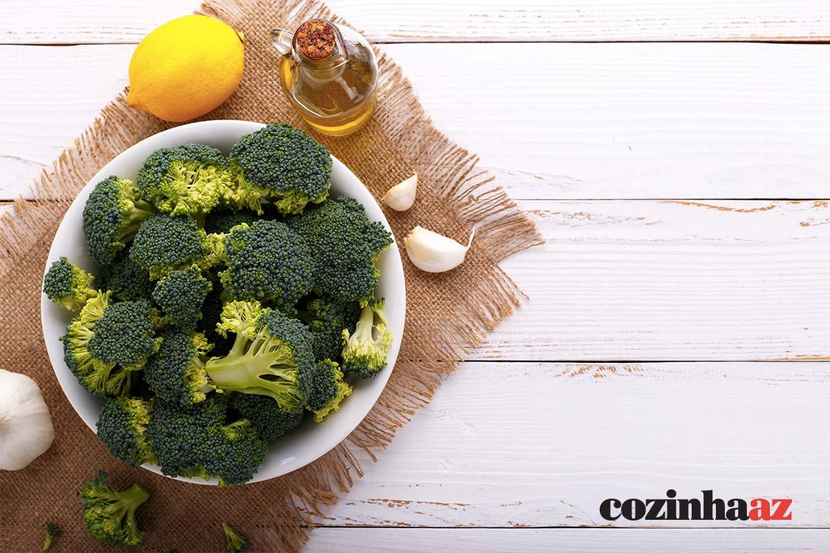 Brócolis ao molho de tomate e limão